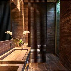 brown Bathroom Decor Lavabo por Eliane Pinheiro Be - bathroomdecor Luxury Homes Interior, Interior Exterior, Modern Bathroom Design, Bathroom Interior Design, Dream Bathrooms, Beautiful Bathrooms, Bathroom Inspiration, Home Decor Inspiration, Decor Ideas