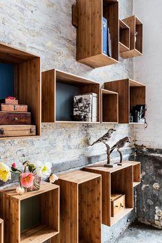 Weer eens wat anders dan de traditionele boekenkast... De SJ Bookcases van We Do Wood kun je boven of naast elkaar, geheel naar eigen wens, aan een rails op de muur klikken waarna het vakkenvullen kan beginnen. Van bamboe en verkrijgbaar in verschillende kleuren. € 415,- fridaynext.com