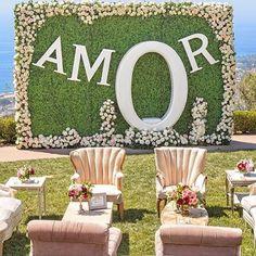 Amamos essa ideia de cenário para tirar foto durante o casamento! Regram @scardsconvites #casar #casamento #decoracao #decoracaodecasamento #noiva #noivas #noivas2016