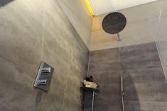 Frei begehbare Dusche mit Thermostatarmatur • Hand- und Regenbrause • frei stehende Luxuswanne mit Standarmatur und praktischer Ablagenische • Möbelwaschtisch mit Corianbecken und Badmöbel aus Holz • beleuchteter Spiegel und separater Kosmetikspiegel • wandhängendes WC • Betonwände • Fußbodenheizung • Badheizkörper mit Handtuchtrockner • modernes Lichtkonzept • HSH-Installatör • Holz die Sonne ins Haus • ROT-HEISS-ROT Door Handles, Wall Lights, Bathtub, Inspiration, Lighting, Home Decor, Lighted Mirror, Concrete Wall, Taps
