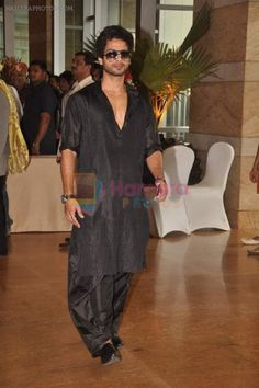 Shahid Kapoor at Genelia & Ritesh wedding, 2012 in a all black Pathani Suit