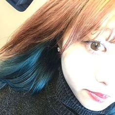 WEBSTA @ sa_0814 - 🌿...寝ずに染めてもらてきたねー色になって東京研修、、いてきま^ ^✈️...#緑髪#青?#インナーカラー#マニパニ#セルフカラー#ヘアカラー#寒色暖色#気持ち悪い#けど盛れたからのせる#hair#haircolor#selfie