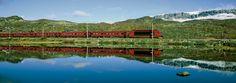 A linha férrea da Bergen Railway. É a linha férrea mais alta do norte da Europa, com 100 km de extensão, atravessando terreno montanhoso selvagem. Sua extensão total é de 500 km, e liga Bergen a Oslo, Noruega. A estação mais alta é Finse, a 1.222 m de altitude. Atravessa as montanhas Langfjellene e o planalto montanhoso de Hardangervidda. Está entre as 20 melhores ferrovias do mundo.  Fotografia: Rolf M. Sørensen /Fjord Tours AS.