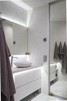 Tästä ylellisestä kylpyhuoneesta pääsee peililiukuoven kautta makuuhuoneeseen! uniquehome.fi