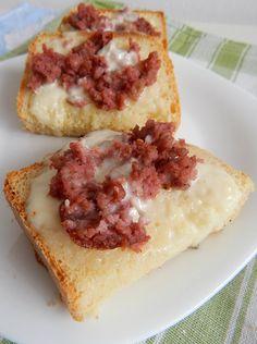 Crostini rustici con stracchino e salsiccia,ricetta veloce risolvono tranquillamente una cena li possiamo accompagnare da un buon contorno
