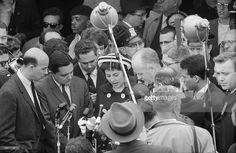 Travel Of Princess Soraya In United States. Etats-Unis, 24 mai 1958, la princesse Soraya Esfandiari BAKHTIARI était jusqu'à présent la seconde épouse et reine consort de Mohammad Reza Pahlavi, Shah d''Iran. Après son divorce, elle passe quelques jours aux Etats-Unis. Ici parmi la foule, elle fait une déclaration devant les micros des journalistes.