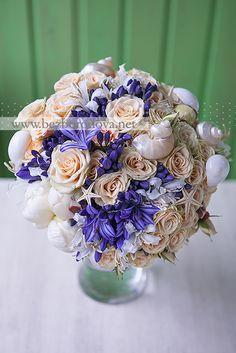 Свадебный букет с ракушками и синими агапантусами для свадьбы в морском стиле