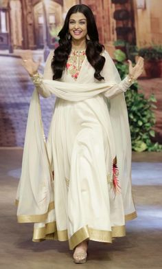 Aishwarya Rai Bachchan looking stunning in a Rohit Bal white and golden anarkali (Photo: Yogen Shah) White Anarkali, Anarkali Dress, Lehenga Choli, Anarkali Suits, Long Anarkali, Pakistani Suits, Punjabi Suits, Indian Attire, Indian Ethnic Wear