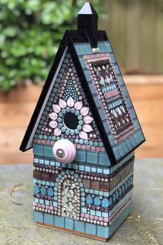 Bird Houses Painted, Decorative Bird Houses, Painted Birdhouses, Mosaic Art Projects, Craft Projects, Mosaic Kits, Mosaic Glass, Stained Glass, Mosaic Supplies