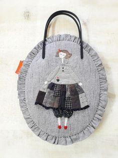 아기다리 고기다리던 소녀 토드백 드뎌 마무리 했답니다~~❤넘나 맘에들어 이쁨주의보 뜸~~😘첫눈에 반한... Japanese Patchwork, Patchwork Bags, Quilted Bag, Embroidery Fabric, Floral Embroidery, Sewing Dolls, Fabric Bags, Cute Bags, Hand Quilting