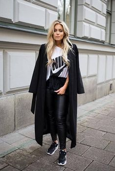 A sporty tee with sneakers and leggings? Yes, please! Add a long jacket to look really sharp. #leggingsoutfit #fallfashion #falloutfits