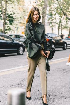 Flawless Summer Outfits Ideas For Slim Women That Looks Cool - Oscilling Fashion Week, Look Fashion, Fashion Outfits, Womens Fashion, Milan Fashion, Fashion Mode, Pantalon Kaki Style, Paar Style, Business Outfit Frau