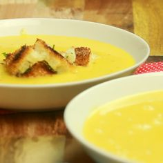 Pumpkin Soup With Garlic Bread Just want to stay in? Forget tomato soup — make this rich, creamy pumpkin soup instead. Pumpkin Recipes, Fall Recipes, Great Recipes, Soup Recipes, Vegan Recipes, Cooking Recipes, Favorite Recipes, Creamy Pumpkin Soup, Pumkin Soup