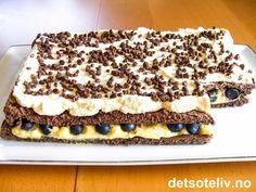 Dette er en veldig spesiell sommerkake! Kaken består av en sjokoladekake som fylles med vaniljekrem og friske blåbær (kaken er også god med bringebær eller jordbær). På toppen dekkes kaken med krem og drysses med Daimstrøssel. For deg som liker å prøve ut noe nytt! Norwegian Food, Food L, Pudding Desserts, Let Them Eat Cake, Cheesecakes, No Bake Cake, Chocolate Cake, Nom Nom, Cake Recipes