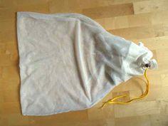 Feinwäschebeutel repariert mit altem Bettlaken, Einzelschnürsenkel und Kordelstopper von ausgeschlachteter Trainingsjacke