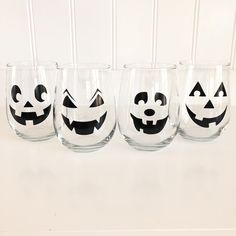 Wine Glasses - Need Good Information About Wine Look Here! Fall Wine Glasses, Halloween Wine Glasses, Painted Wine Glasses, Decorated Wine Glasses, Decorated Bottles, Painted Bottles, Wine Glass Crafts, Wine Craft, Wine Bottle Crafts
