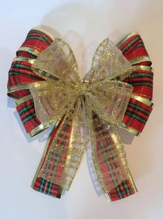Best 12 Add Sparkle to the Christmas gifts this year with these upbeat Christmas gift wrapping ideas. Use photo tags, pinecones, pompoms, etc. as gift wrap toppers. Gold Christmas Decorations, Christmas Bows, Christmas Makes, Christmas Gift Wrapping, Christmas Tree Toppers, Christmas Crafts, Rabbit Crafts, Gift Bows, Farmhouse Christmas Decor