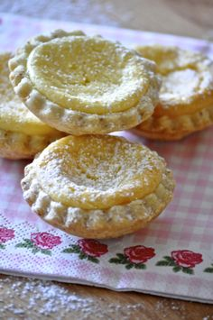 Limun tortice Home » kolači » Limun tortice Limun tortice- 24 kolačiča.  Sastojci za tijesto:      200 gr brašna     50 gr mljevenih badema     125 gr maslaca     2 žlice šećera     1 žumanjak     2-3 žlice hladne vode     naribana limunova korica  Sastojci za nadjev:      125 gr krem sira     125 gr šećera     2 žumanjka     2 žlice limunovog soka     125 ml zaslađenog kondenziranog mlijeka