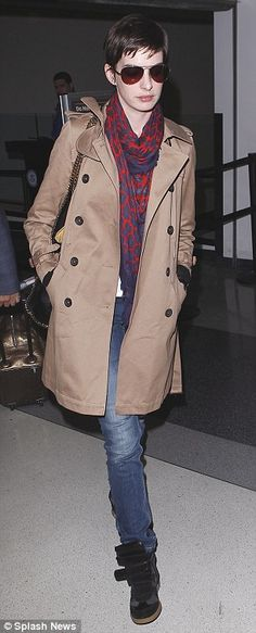 Anne Hathaway shows how to travel in style as she jets back into Los Angeles in brown mac and scarf combo | Mail Online