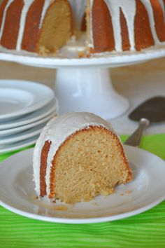 For a wonderfully rich dense sweet treat, you must try my Baileys Irish Cream Cake. It has a mild Irish Cream flavor topped with an unforgettable glaze. Irish Cake, Irish Cream Cake, Baileys Irish Cream, Licor Baileys, Baileys Cake, Cake Recipes, Dessert Recipes, Lemon Recipes, Meal Recipes