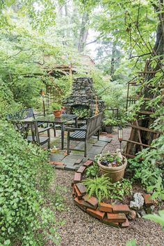 This low-maintenance garden design in Kentucky will give you all the landscaping inspiration you need. Wooded Backyard Landscape, Backyard Landscaping, Landscaping Ideas, Rustic Gardens, Outdoor Gardens, Kentucky, Low Maintenance Garden Design, Jungle Gardens, Lake Garden