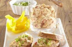 Uherák a vejce rozsekáme nadrobno, přidáme máslo, sýr, podle chuti pažitku, zamícháme a osolíme. Mažeme na pečivo a ozdobíme okurkou a paprikou.