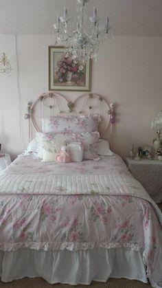 nos idees pour votre chambre a coucher avec deco shabby, les meubles gustaviens et la tapisserie kitch