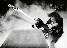 One of my favorite guitarist, Ritchie Blackmore of Deep Purple...  His early recordings with DP really brought string bending and loose tuning to the forefront.