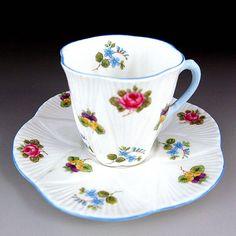 シェリー社『小さなお花の小さなカップ』です。形も可愛らしいですね。1945 -1966年に作られたデミタッセです。       ⇩ http://eikokuantiques.com/?pid=89444313   #英国アンティークス #アンティーク #カップ