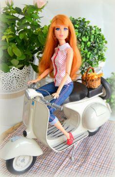 Midge y su vespa, con camisa de lunares y pantalón vaquero a juego con zapatos rojos. (Barbie Dreamhouse)