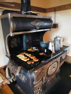 Old wood burning stoveI love these vintage stoves Antique Kitchen Stoves, Antique Wood Stove, Old Kitchen, How To Antique Wood, Vintage Kitchen, Kitchen Decor, Rustic Kitchen, Wood Burning Cook Stove, Wood Stove Cooking