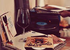 La giornata di lavoro appena conclusa, il disco giusto, il vino.  Da adesso in poi il resto della settimana è in discesa.