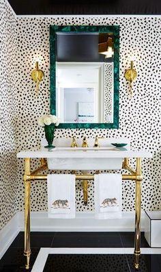 Ein glam Pulver Zimmer mit dalmatinischen Druck Tapete und Messing Akzente