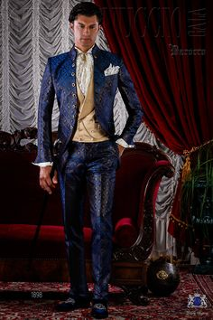 Traje de época modelo redingote brocado azul y oro con botones dorados. Traje de novio 1898 Colección Barroco Ottavio Nuccio Gala.