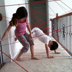 Doe het zelf tip: Spionnen training.Een leuk spel doen dit weekend? Leer je kinderen voorzichtig tussen en over de laserstralen (touw) klimmen als 'spionnen' training. Benodigdheden: Een gang/overloop, een bol wol of touw en tape.