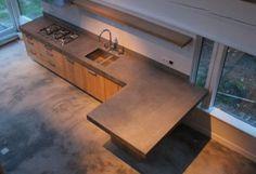 Groot betonnen blad met eiken houten fronten op Ikea kasten. Blad is ter plaatse gemaakt zodat er geen naden ontstaan. De deuren zijn geen fineer maar massief hout wat een eerlijke echt uitstraling heeft