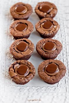 chocolate brownie cups with toffee Love Food, A Food, Food And Drink, Russian Cakes, Chocolate Delight, Brownie Bites, Cookie Cups, Cake Pops, Yummy Treats