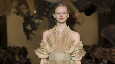Iris van Herpen shared exclusive behind-the-scenes photos from her atelier, and explained the natural and high-tech processes behind her opening look. Couture Fashion, Fashion Show, Fashion Design, Iris Van Herpen, Scene Photo, Couture Collection, 3 D, Vogue, Spring