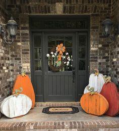 26 Creative Fall Porch Decorating Ideas Atemberaubende 26 kreative Herbst Veranda Deko-Ideen h. Wooden Pumpkins, Fall Pumpkins, Fall Home Decor, Autumn Home, Small Porch Decorating, Decorating Ideas, Decor Ideas, Adornos Halloween, Small Porches