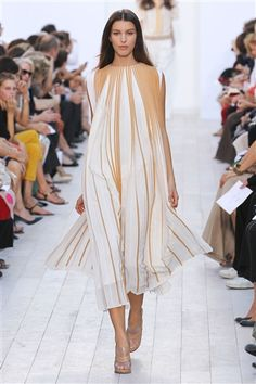 Browse Paris Fashion Week Spring 2012 pictures from the Chloé runway show. Couture Fashion, Runway Fashion, Spring Fashion, Fashion Show, Womens Fashion, Paris Fashion, Urban Fashion, High Fashion, Chloe Fashion