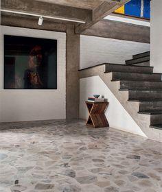 Projeto do escritório Reinach Mendonça arquitetos, esta casa paulistana traz no hall piso de granilite branco com mármore Espírito Santo. os cacos foram assentados com argamassa para cerâmica em contrapiso nivelado. O piso, sem o mármore (r$ 300 o m2, na Marmoraria souza), sai por r$ 220 o m2. Sabão neutro no dia a dia, cera quinzenalmente e resina a cada três anos.