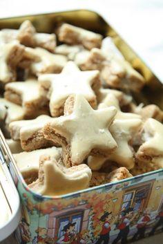 On finit avec une nuée d'étoiles, cannelle ou citron ... à vous de choisir ;)  Etoiles à la cannelle Source :Bredele de Noël et autres spécialités des Boulangers d'Alsace 250 g de sucre glace 10 g de cannelle 250 g d'amandes en poudre 70 g ou deux blancs d'oeufs Glaçage : A blanc d'oeuf 150 g de sucre glace Dans un saladier, tamisez le sucre avec la cannelle. Ajouter les amandes en poudre et les blancs d'oeufs. Malaxer le mélange pour obtenir une pâte homogène. Lorsque la pâte est…