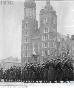 Opis obrazu: Oddział wojska na Rynku Głównym.Data wydarzenia: 1934-03-19
