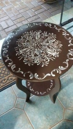 Coffee brown and straw side table, Márcia Bonamigo Viviani - Painted Wooden Boxes, Painted Chairs, Hand Painted Furniture, Art Furniture, Furniture Makeover, Rustic Farmhouse Furniture, Old Tables, Oak Laminate Flooring, Lace Painting