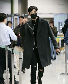 Rowoon has been praised for many things, including his visuals and vocals. Now, the idol is being honored for his outstanding everyday fashion sense. Korean Airport Fashion, Korean Fashion Men, Korean Men, Kpop Fashion, Mens Fashion, Kpop Outfits, Korean Outfits, Looks Pinterest, Mode Kpop