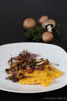 polenta stäbchen mit braunen champignons und thymian. // nikesherztanzt