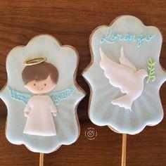 """Chefdiseriocomaçucarcomafeto on Instagram: """"Topos de Bolo!🕊👼🏼INFORMAÇÕES E ORÇAMENTOS por Direct ou whatsapp 16-999912699! #chefdiserio #chefdiseriocomaçucarcomafeto #bolachasdecoradas…"""" Baptism Desserts, Baptism Cookies, Iced Sugar Cookies, Royal Icing Cookies, Crazy Cookies, Fun Cookies, Angel Cookies, First Communion Cakes, Boy Christening"""