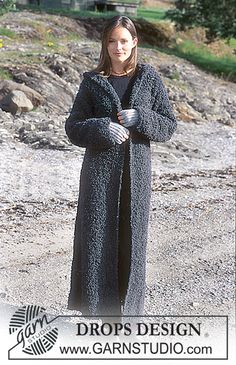 DROPS Long coat with hood in Big Bouclé. Fingerless gloves in Alpaca. ~ DROPS Design
