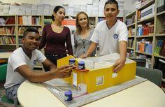 Angélica Adam, coorientadora, e a professora Cristiani Nakao entre os alunos Pedro Araújo Souza e João Pedro Rosa, com maquete do protótipo