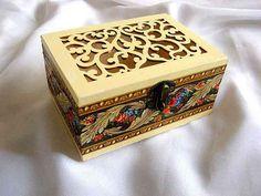 #Cutie #lemn cu #model #floral #ornamental pe lateral, cutie lemn #decorata. Produs din categoria #cutii #accesorii si #bijuterii #cadou #femei. Articolul are ca #design un model floral in culorile #rosu si #albastru. http://handmade.luxdesign28.ro/produs/cutie-lemn-cu-model-floral-ornamental-pe-lateral-cutie-lemn-decorata-29709/